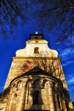 Die romanische Pfarrkirche Unbefleckte Empfängnis Mariens mit barockem Giebel und Turmaufsatz