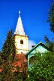 Kirche und Sommerfrische-Villa im Ort