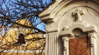 Imposante Gräber rund um die Kirche