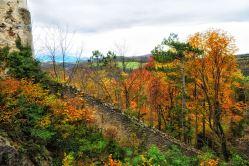 Burgmauern im Herbstwald