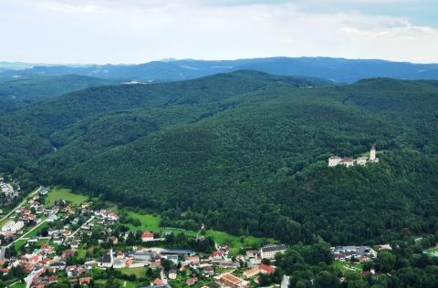 Über dem Ort und der Burg Seebenstein