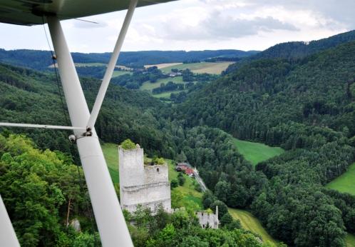 Knapp vorbei an den Ruinen Thernberg