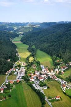 Blick über Thernberg ins Schlattental