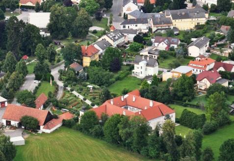 Der barocke Pfarrhof mit dem Rosengarten