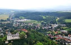 Über die Burg Pitten ins Schwarzatal geblickt