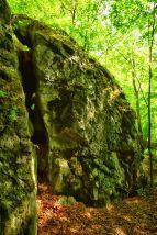 Ein mächtiger Spalt geht durch den Fels
