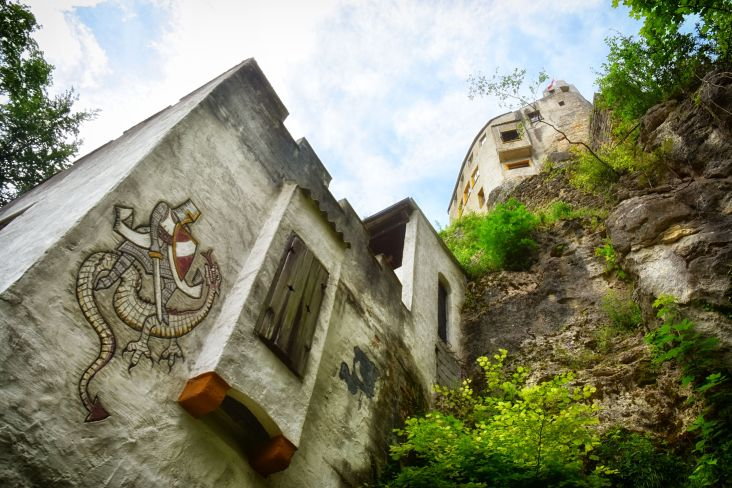 Hoch ragt die Burg aus dem Wald heraus