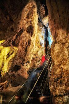 Steile Treppen führen in die Höhle